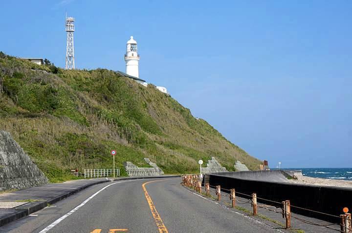 見上げる灯台.JPG